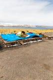 Andenkenmarkt auf Straße von Ollantaytambo, Peru, Südamerika Bunte Decke, Kappe, Schal, Stoff, Ponchos Stockfotografie