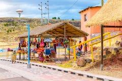 Andenkenmarkt nahe Türmen in Sillustani, Peru, Südamerika. Straßenshop mit bunter Decke, Schal, Stoff, Ponchos stockbild