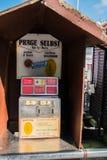 Andenkenmaschine, die Münzen flachdrückt, wie in dieser touristischen Stadt auf diesem Datum gesehen lizenzfreies stockbild