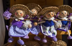 Andenkenpuppen mit Lavendel für Verkauf am lokalen Markt in Kroatien lizenzfreie stockfotografie