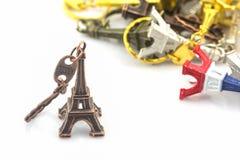Andenkenschlüsselanhänger Minieiffelturm Ausflugs Eiffel lizenzfreie stockfotografie