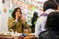 Andenkenverkäufer, der handgefertigte Flöte in Taiwan durchbrennt Lizenzfreies Stockbild