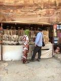 Andenkenverkäufer in PETRA, Jordanien Stockbild