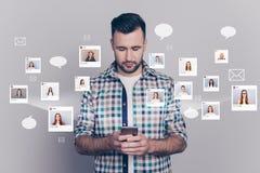 Anderer Freund des nahen hohen Porträts hält er sein er Blicktelefon simsende sms unterschiedliche Damen-Bildillustration global stock abbildung