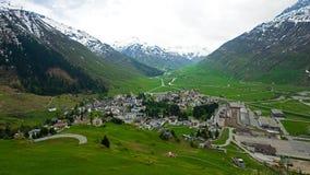 Andermatt dans les Alpes suisses image stock