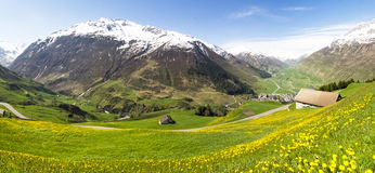 Andermatt, Weiden und Berge Stockfoto