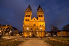 Andernach Alemanha da igreja de Liebfrauen na noite foto de stock