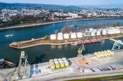 Andernach Alemania 31 03 puerto industrial 2019 en andernach en el río Rhine con los edificios de la tela imágenes de archivo libres de regalías
