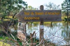 Andernos - Ares, baie d'Arcachon, France Enseignes sur un chemin de hausse photo libre de droits