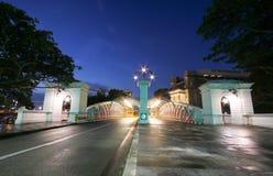 Anderson Bridge över den Singapore floden med fullertonhotellet royaltyfria foton
