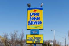 Anderson - cerca do abril de 2018: Lugar longo do fast food do ` s de John Silver O ` longo s de John Silver especializa em farin Imagens de Stock
