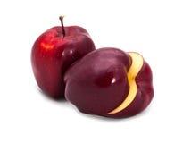 Anderthalb dunkelrote Äpfel Lizenzfreie Stockbilder