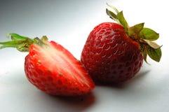 Anderthalb Erdbeeren Lizenzfreie Stockbilder