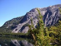 Andes berg och lake Arkivbild