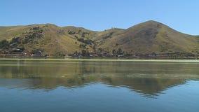 Andeswaaiers die Meer Titicaca, Peru overdenken stock footage