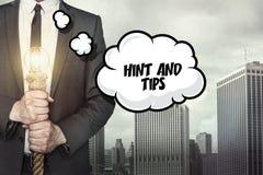 Andeutung und Tipps simsen auf Spracheblase mit Geschäftsmann Lizenzfreie Stockbilder