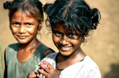 Andhra Pradesh, Índia, cerca do agosto de 2002: Pose das meninas em uma vila rural fotos de stock royalty free