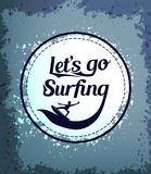Andiamo praticare il surfing l'icona del cerchio con il surfista in un fondo Grungy illustrazione vettoriale