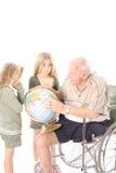 Andicappi il nonno che mostra a bambini il mondo fotografie stock libere da diritti
