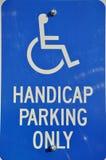 Andicappi il parcheggio soltanto del segno Fotografie Stock Libere da Diritti