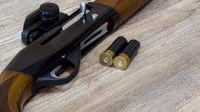 Andjakt i vår rundor 12-gauge och en camohagelgevär hagelgevär för 12 mått med kulor royaltyfri bild