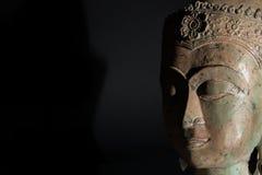 Andlig insikt Buddhastatyhuvud med kopieringsutrymme fotografering för bildbyråer