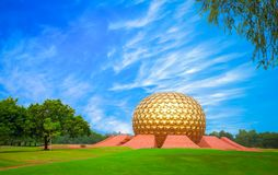 Andliga Matrimandir på Auroville, Pondicherry Arkivfoton