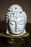 Andligt rituellt meditationhuvud av Buddha på gammal träbakgrund Arkivbilder