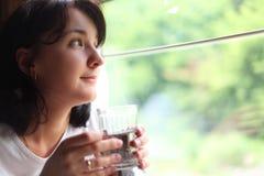 andlooks το γυαλί κρατά τη γυναίκ& Στοκ Εικόνες