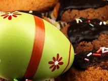 AndMuffins d'oeuf de pâques avec le glaçage de chocolat Images stock
