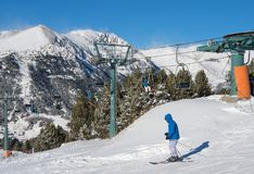 ANDORA - 29 ΔΕΚΕΜΒΡΊΟΥ 2014: chairlift σε ένα χιονοδρομικό κέντρο στο Pyr Στοκ Εικόνες