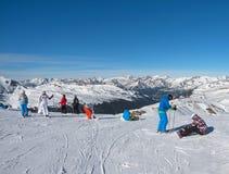 ANDORA - 6 ΙΑΝΟΥΑΡΊΟΥ 2015: οι σκιέρ και τα snowboarders προετοιμάζονται για το δ Στοκ φωτογραφίες με δικαίωμα ελεύθερης χρήσης