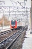 Andorinha do trem do russo Comboio de passageiros R?ssia Metallostroy 8 de mar?o de 2019 fotografia de stock royalty free