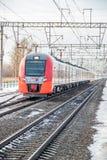 Andorinha do trem do russo Comboio de passageiros R?ssia Metallostroy 8 de mar?o de 2019 imagem de stock