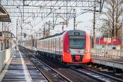 Andorinha do trem do russo Comboio de passageiros R?ssia Metallostroy 8 de mar?o de 2019 fotografia de stock