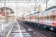 Andorinha do trem do russo Comboio de passageiros R?ssia Metallostroy 8 de mar?o de 2019 foto de stock royalty free
