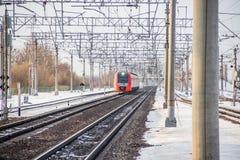 Andorinha do trem do russo Comboio de passageiros R?ssia Metallostroy 8 de mar?o de 2019 fotos de stock