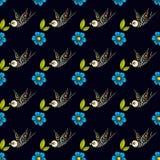 Andorinhas e flores em uma tatuagem antiquada O dia dos mortos Um teste padrão sem emenda em um fundo preto Imagem de Stock