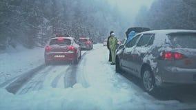 ANDORRA - DECEMBER 22, 2014: verkeersneerstorting in sneeuwbergen stock footage