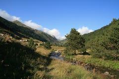 Andorra tussen bergen met een kleine kreek royalty-vrije stock foto's