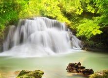 Andra nivå av den Huai Mae Kamin vattenfallet mig Fotografering för Bildbyråer