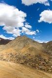 Andra sidan av den Leh Ladakh staden med berg och blå himmel Fotografering för Bildbyråer