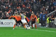 Andrea Pirlo mellan Shakhtar fotbollsspelare Royaltyfri Fotografi