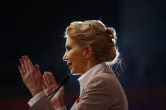 Andreea Paul Holding ett anförande royaltyfri foto