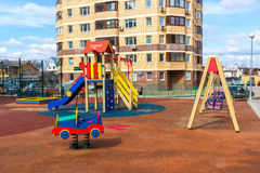 Andreevka, Ρωσία - 11 Απριλίου 2016 παιδική χαρά σε κατοικημένο σύνθετο Uyutniy Στοκ φωτογραφία με δικαίωμα ελεύθερης χρήσης