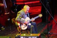Andrei Makarevich bawić się gitarę Zdjęcie Royalty Free