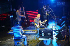Andrei Makarevich spelar gitarren och sjunger Royaltyfri Fotografi