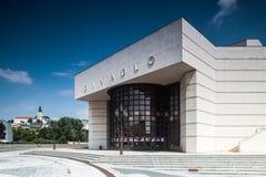 Andrej Bagar Theatre i Nitra Slovakien med domkyrkan Arkivfoton