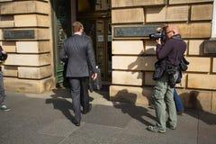 Andrew Coulson ankommer på Skottland högre domstol arkivbild