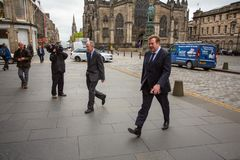 Andrew Coulson försökdeltagare ankommer på Skottland högre domstol royaltyfria bilder